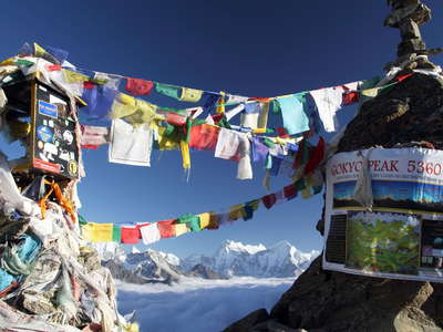 Gokyo Ri (5357 m)  |  Summit with prayer flags
