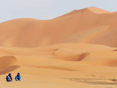Erg Chebbi  |  Dune field with tuareg men